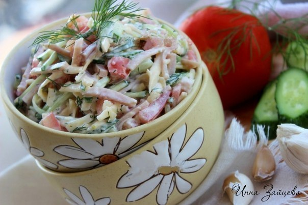 Салат из ветчины, помидоров, огурцов и сыра😋