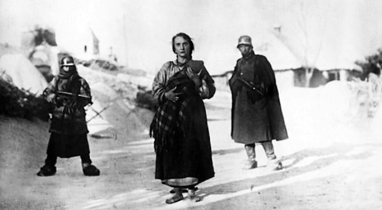 В 1943 году на Киевской киностудии, эвакуированной в Среднюю Азию, режиссером Ма...