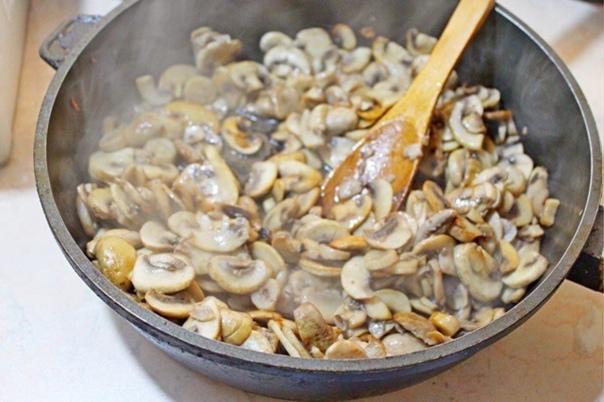 Мясо по-французски  Ингредиенты:  Свинина (антрекот) — 600 г Шампиньоны — 400...