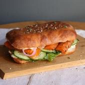 """Сэндвич с """"рыбкой"""", авокадо и шпинатом"""