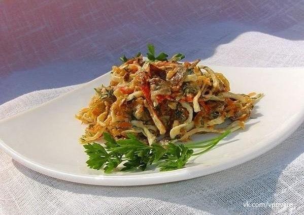 """Cалат """"Необыкновенный""""  Вся прелесть салатика в жареных крабовых палочках.  Ингредиенты:  -..."""