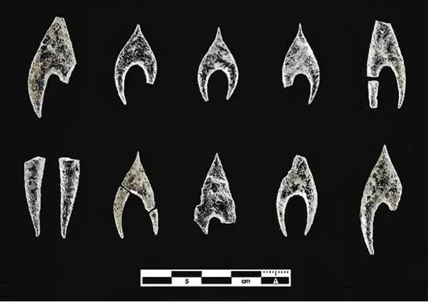 В древней гробнице нашли хрустальный кинжал возрастом 5000 лет