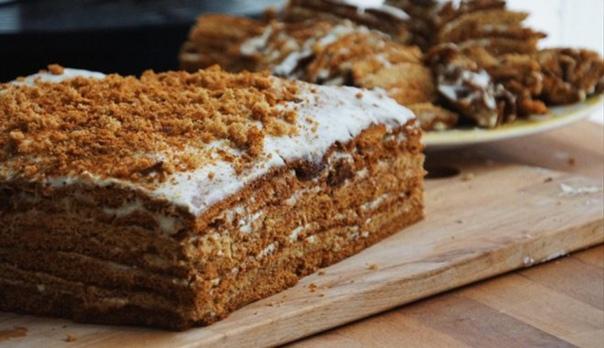Сочный медовый торт с кремом из сметаны