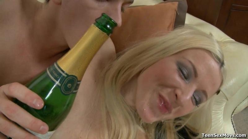 Сын трахнул пьяную подругу мамы. Пришёл с пьяной блядью домой Потрахал в попку подругу выебал жопу анальный секс русскую девочку