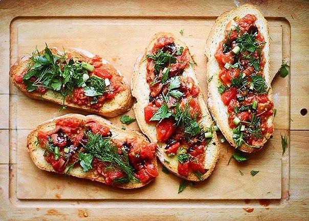 Бутерброды с томатами.  Ингредиенты на 4 порции:   Батон (Рекомендуем...