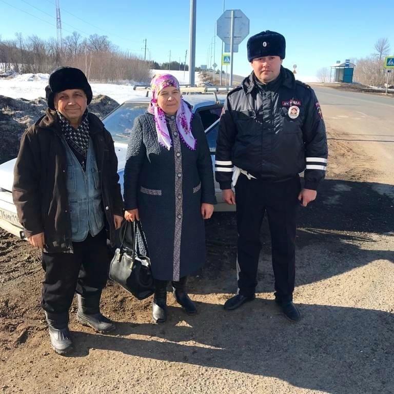 В Татарстане автоинспектор помог пожилой паре, у которой на трассе сломался автомобиль.