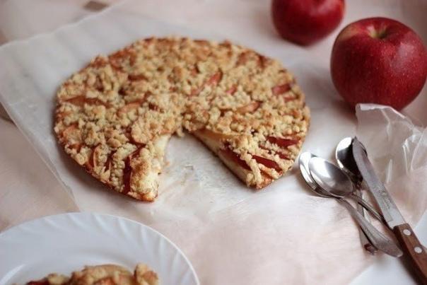 Яблочный пирог с крошкой  Ингредиенты:  Для основы: 2 яйца 150 гр. сметаны 4...