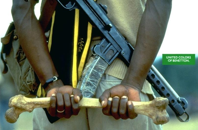 Пистолет-пулемет Судаева, бедренная кость, если кто не узнал, и кольцо на пальце: ливийский солдат.