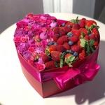 """Цветочно-фруктовая подарочная коробка """"Клубничный Рай"""""""
