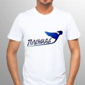 Белая футболка с синим логотипом