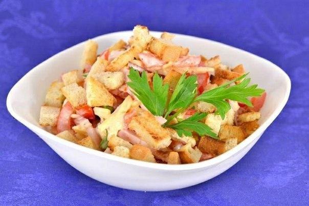 Салат с копченой грудкой, помидорами, сыром и сухариками.