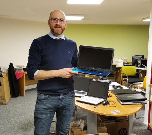 Фирма по ремонту техники чинит ноутбуки и дарит...