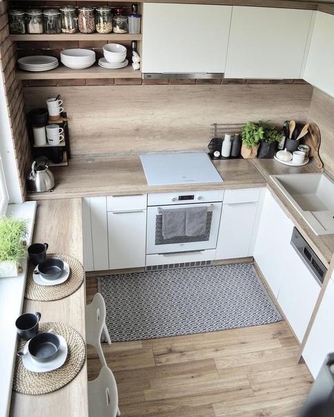Небольшая кухня со столовой зоной у окна