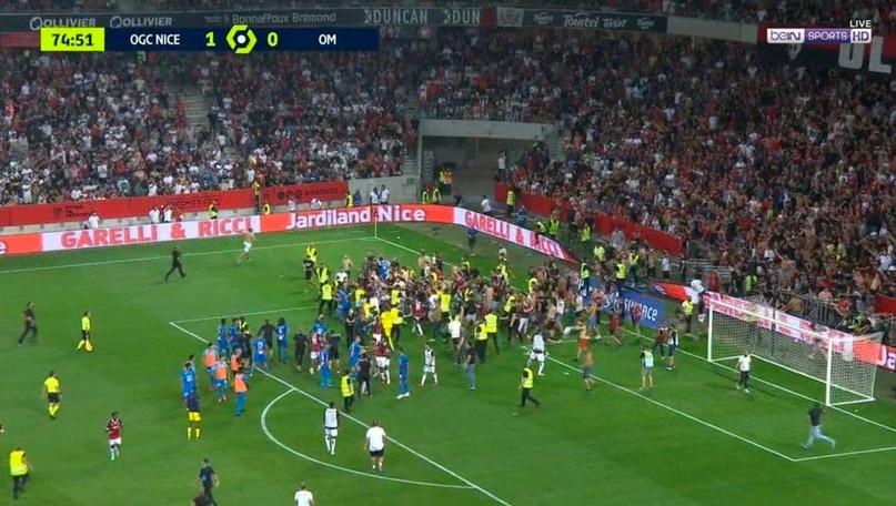 Фанаты «Ниццы» выбежали на поле, чтобы разобраться с игроками «Марселя», матч бы...