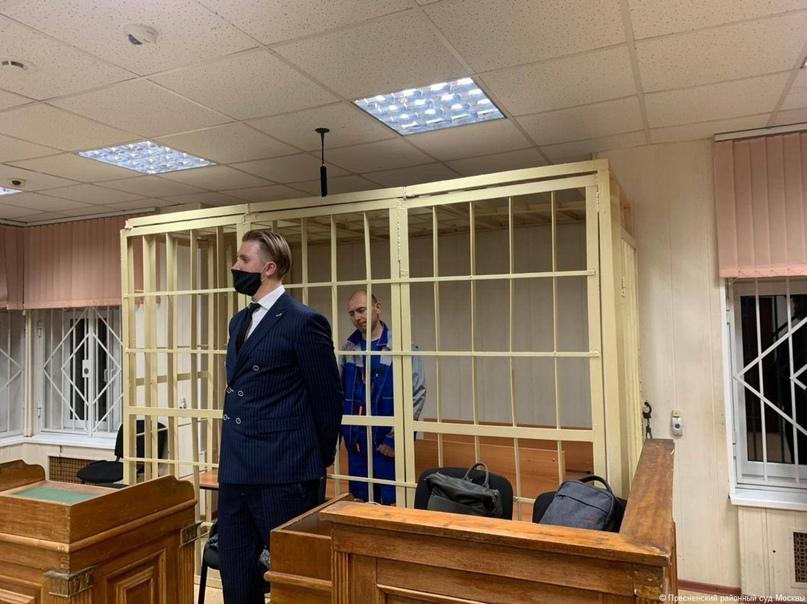 """39-летнего Антона Котова, проводившего дезинсекцию в """"Магните"""", привезли в суд...."""