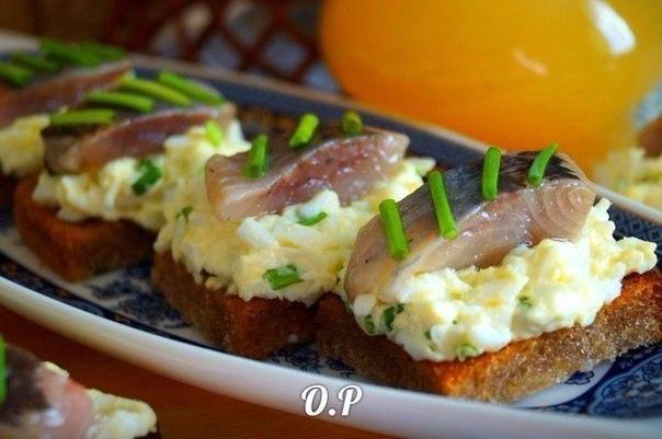 Закусочные гренки с яйцом и селедкой