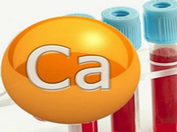 Повышен кальций в крови  Уровень кальция в крови является очень важным показателем, а потому при расшифровке биохимических анализов на него необходимо обращать особое внимание.  В норме содержание кальция в крови не должно превышать 2,6 ммо...