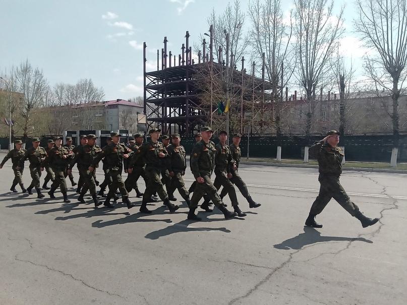 Равнение на Героев: в Кызыле прошел парад у дома ветеранов