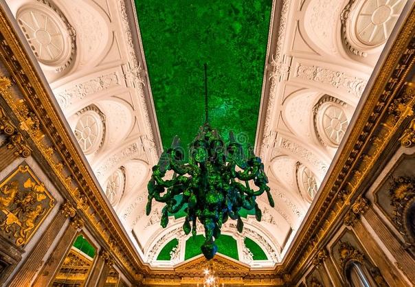 Потолок Королевского дворца в Брюсселе украшен мозаикой из панцирей жуков.