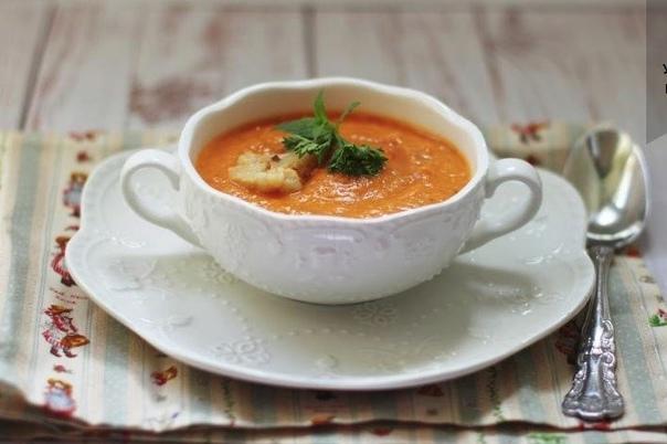 Суп-пюре из печеных перцев и цветной капусты  Суп нарядный, сытный, с минимальным количеством жира и максимумом пользы.    ИНГРЕДИЕНТЫ  4 средних красных болгарских перца  1 кочан цветной капусты, нарезанной на соцветия  2 столовые ложки ма...