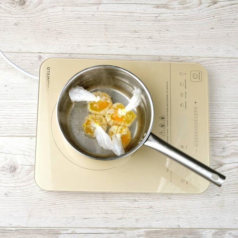 Салат с грудкой цыпленка, яйцом-пашот и соевым дрессингом